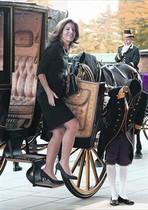 Caroline Kennedy arriba en un carruatge a una cerimònia a Tòquio, ahir.