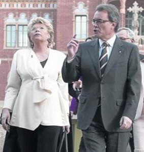 La vicepresidenta de la CE Viviane Reding y Artur Mas, ayer en el Hospital de Sant Pau.