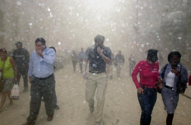 Ciudadanos huyendo de la zona del World Trade Center, el 11-S del 2001.