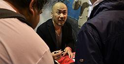 Takeshi Obata firma c�mics en el sal�n, este viernes.