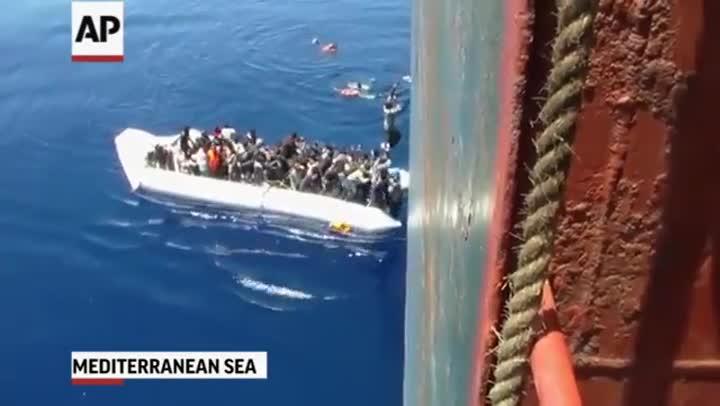 V�deo del rescate desesperado de unos inmigrantes que viajaban a bordo de una lancha neum�tica.