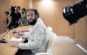 Guillermo Zapata, este lunes, 15 de junio, en la rueda de prensa en la que anunció su dimisión como concejal de Cultura.