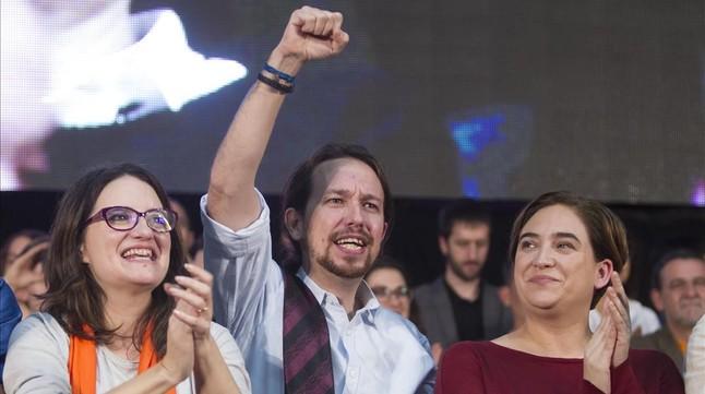 Pablo Iglesias, Ada Colau y Mònica Olra en un mitin en Valencia, el pasado 18 de diciembre.