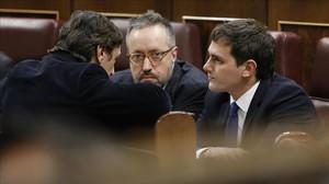 Albert Rivera y Juan Carlos Girauta, de Ciudadanos, hablan con Rafael Hernando, del PP, el martes en el Congreso.