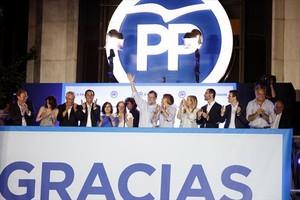Mariano Rajoy, arropado por su equipo, saluda a sus seguidores, ayer.