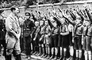 Hitler saluda a miembros de las Juventudes hitlerianas en Leipzig, en 1932.