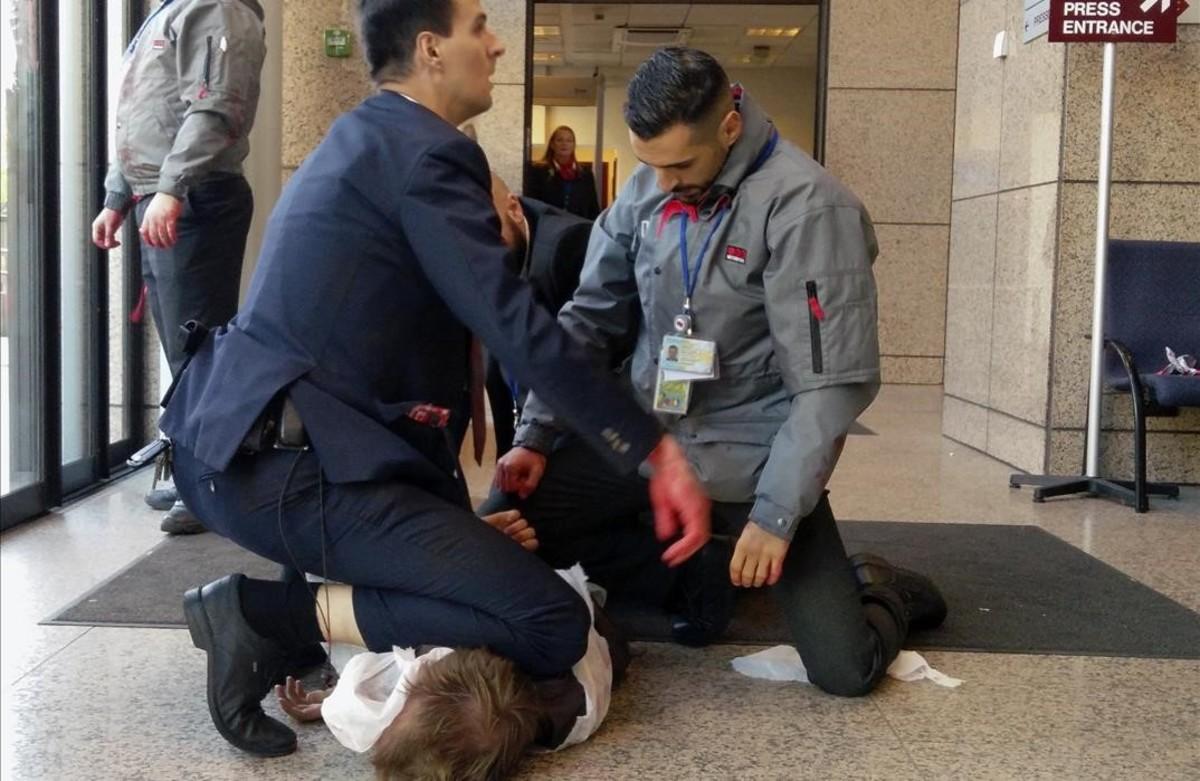 Forcejeo con un manifestante contra el CETA en las dependencias de la Comisión Europea en Bruselas.