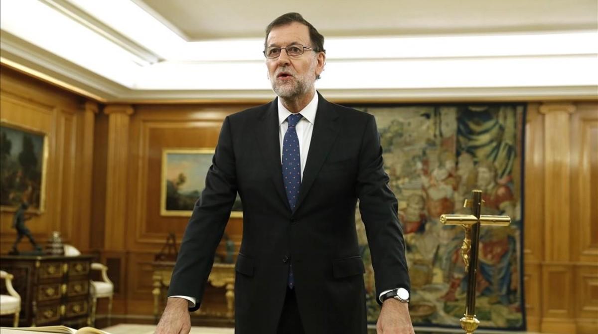 Rajoy, frente a un crucifijo, durante su toma de posesión como presidente, el pasado 31 de octubre en el palacio de la Zarzuela.