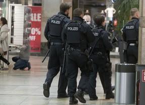 Agentes de policía patrullan en el centro comercial de Oberhausen objetivo de los terroristas.