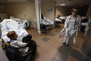Un pasillo de las urgencias del Hospital del Vall dHebron con enfermos, en el 2015.