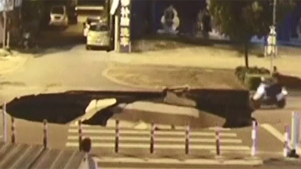 Impresionate socavón en una carretera China