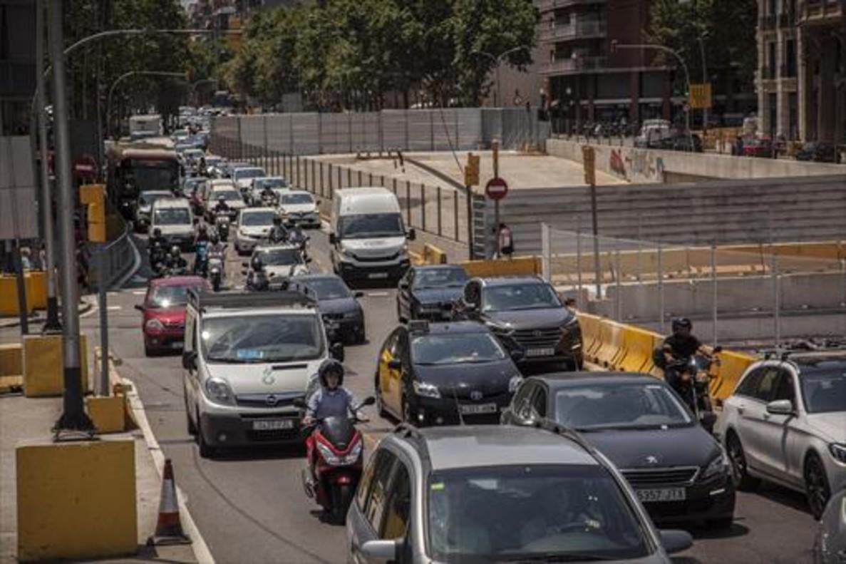 Tráfico en la Gran Via de Barcelona a su paso por la plaza de las Glòries.