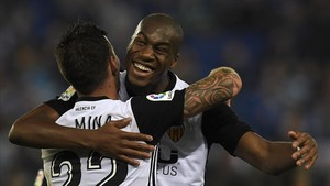 zentauroepp41007740 valencia s french midfielder geoffrey kondogbia r celebrat171125173525