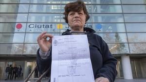 Amparo, la iaiaflauta investigada, muestra la citación antes de entrar a declarar