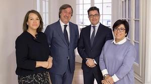Bego�a Castro, Jos� Carlos Viz�rraga, Dami� Querol y Aurora Rod�s, en la sede territorial de Ibercaja en Barcelona