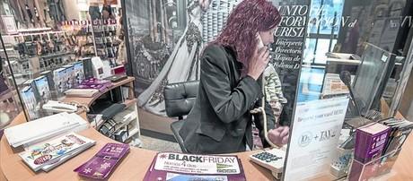 Una empleada de El Corte Ingl�s en Barcelona durante el 'black friday' celebrado en noviembre pasado.