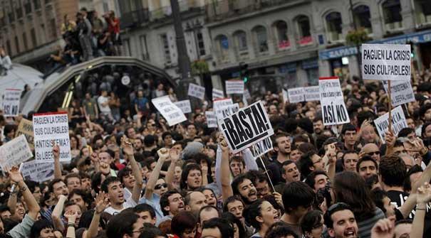 Els indignats desafien la prohibició de la Junta Electoral provincial i col·lapsen la Puerta del Sol de Madrid