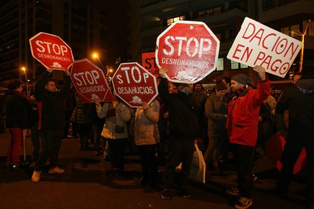 Centenares de personas se concentran frente a las sedes del PP de Barcelona y Madrid