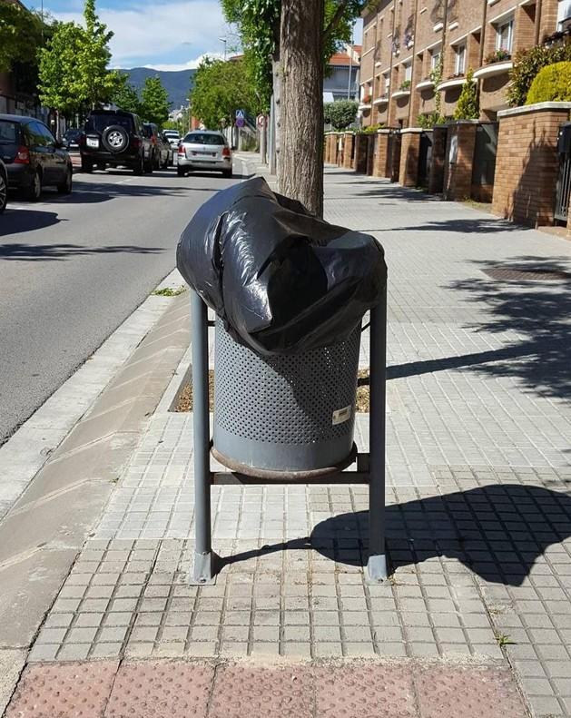 Dejadez y abandono en una plaza de Valls