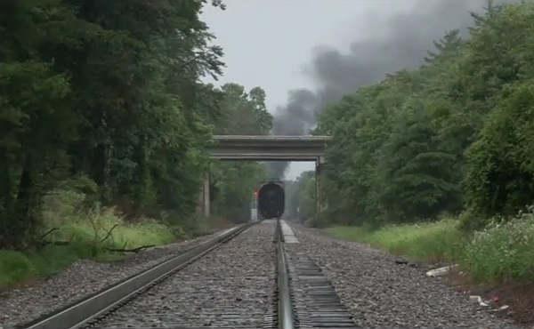 A las afueras de la ciudad de Knoxville un tren cargado con gas t�xico ha descarrilado, provocando as� un incendio que ha lanzado gases t�xicos a la atmosfera.