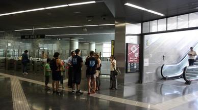 Una trabajadora del metro denuncia a dos pasajeros sin billete por agredirla