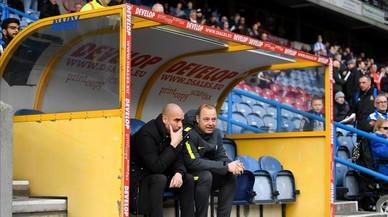 Guardiola charla con Rodolf Borrell, asistente suyo, en el banquillo del estadio del Huddersfield.