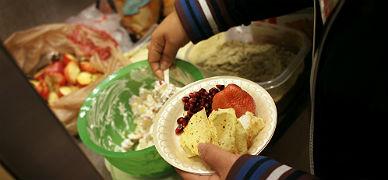 Un joven se sirve comida en un centro para tratar el sobrepeso en EEUU.