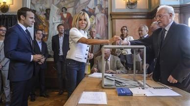 Los sondeos sitúan claramente en cabeza a la formación de Macron en las legislativas francesas