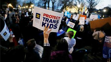 Un grupo de manifestantes expresan su apoyo ante la Casa Blanca a los niños transgénero.