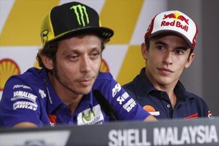 M�rquez mira atentamente a Rossi en su comparecencia de ayer.