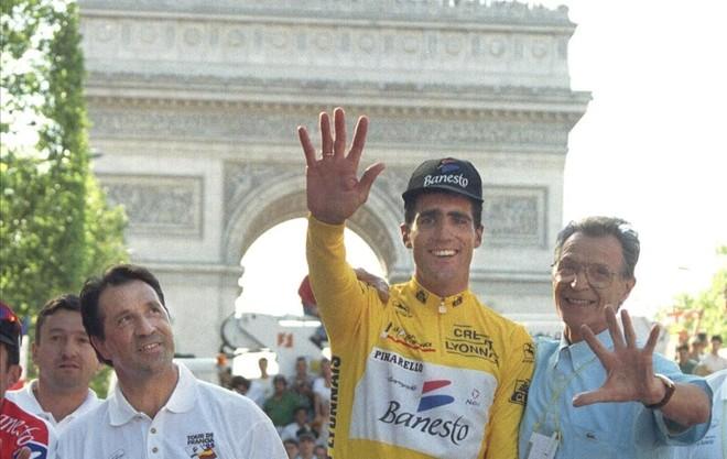 Miguel Induráin, en París, tras ganar el Tour 1995, en compañía de José Miguel Echávarri (izquierda) y Giovanni Pinarello.