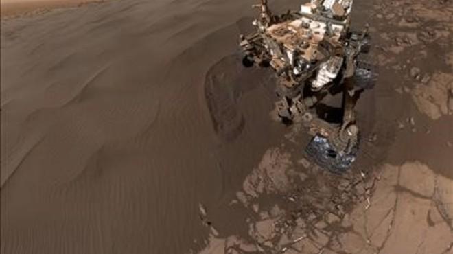 Mosaico de 57 fotos del 'selfie' de 'Curiosity' en una duna marciana.
