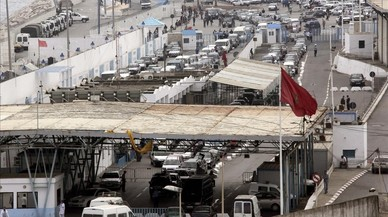 La falta de agentes obliga a cerrar el paso de mercancías en la frontera de Ceuta