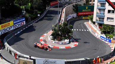 El piloto alemán de Ferrari, Sebastian Vettel conduce su coche durante la segunda sesión de entrenamientos en el circuito urbanode Mónaco.