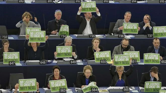 Protesta de los ecologistas contra el nuevo sistema de control de emisiones, este mi�rcoles en la Euroc�mara.