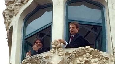 El 'President' Puigdemont saluda desde una de las torres de la Casa de les Punxes. A su lado, el arquitecto Jaume Falguera.