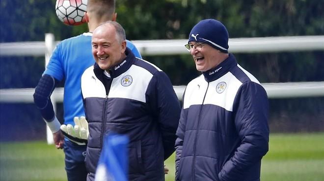 Ranieri (con gorro) r�e feliz en el entrenamiento del Leicester tras ganar la Premier.