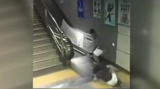 Una mujer china, engullida por un agujero al ir a coger unas escaleras mecánicas