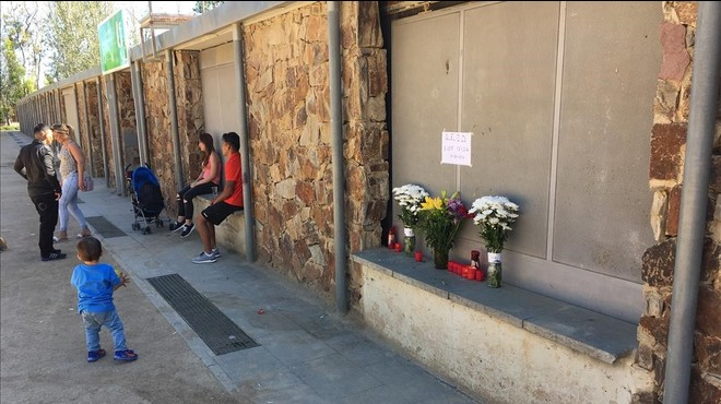 Velas y flores de duelo para recordar al hombre atropellado junto al campo de f�tbol.