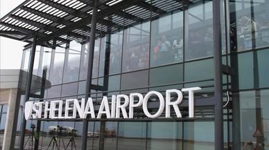Santa Elena, una de les illes més aïllades del món, rep el seu primer avió