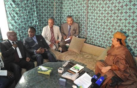 Los presidentes de Suráfrica y República del Congo, Jacob Zuma (izquierda) y Denis Sassou Nguesso (segundo por la izquierda), hablan con Muamar Gadafi, el domingo en Trípoli.