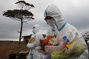 Japón recuerda en silencio a las víctimas del tsunami devastador