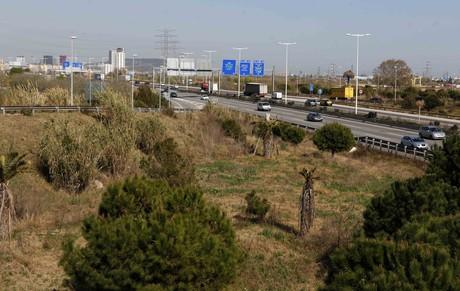 Autopista C-32, en medio de los terrenos que albergarían el complejo Eurovegas en El Prat de Llobregat.