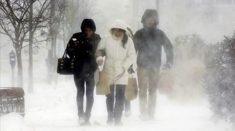 Residentes en Elmwood Village caminan por la Avenida Elmwood en Búfalo.