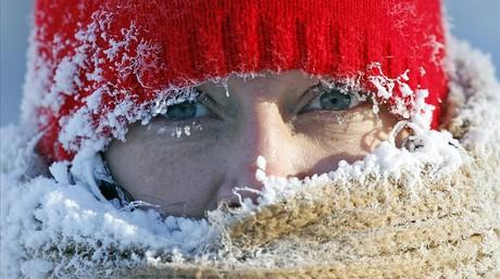 Hielo en la cara de Gail Davis mientras camina por la calle en Minneapolis .