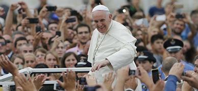 El papa Francisco saluda a los feligreses en Tirana.