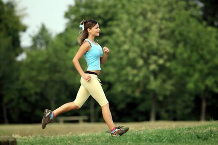 Una mujer practica 'footing' en el parque.