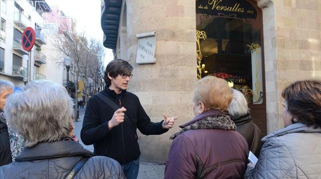 El grupo, ante el bar Versalles, el sábado pasado.