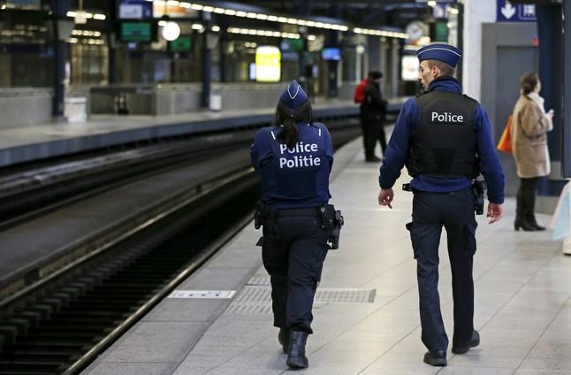 Agentes de la policía belga patrullan por un andén en una estación de tren de Bruselas, el 7 de enero.