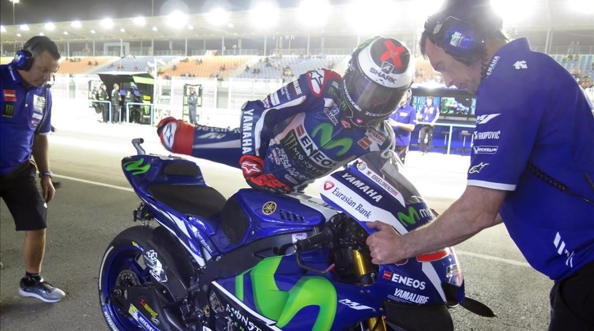 Lorenzo se baja de su Yamaha en Doha (Catar).
